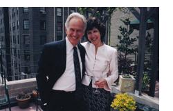 Thomas Mermall en la actualidad acompañado de una mujer