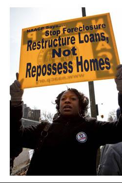 Mujer portando una pancarta manifestandose en EEUU