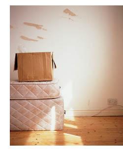 Imagen de una caja de cartón sobre un colchón