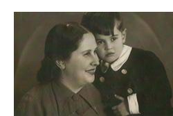 Thomas Mermall de niño en brazos de su madre en 1942