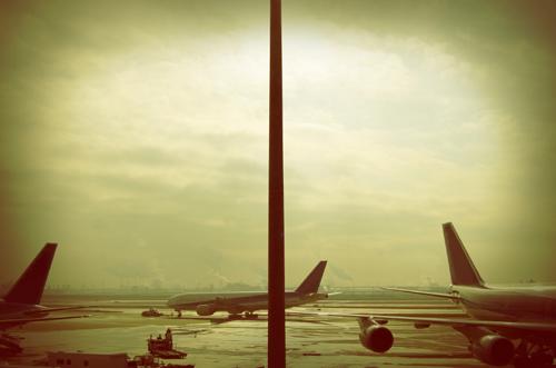 Imagen de una pista de aeropuerto con tres aviones parados