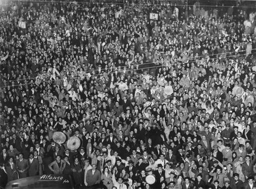 Fotografía de la multitud celebrando en año nuevo en la puerta del sol, Madrid 1933