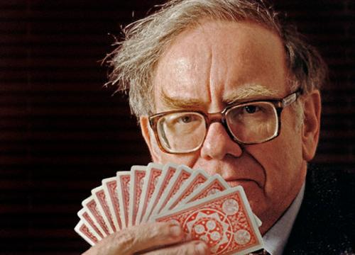 Imagen de Warren Buffet con una baraja de cartas en la mano