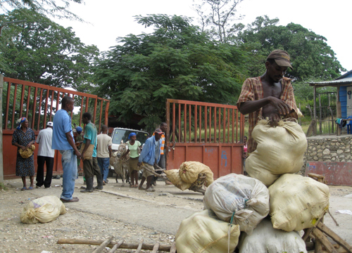 Haitianos cruzando la frontera en día de mercado a Elías Piña, República Dominicana 2009