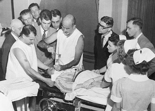 Dr. W. Freeman con el 'picador de hielo' que inventó para las lobotomías