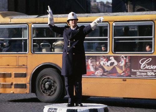 Agente de tráfico dirigiendo el tráfico en Londres. Peter Turnley