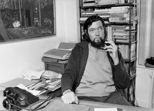 Julio Cortázar en su casa de París en 1974
