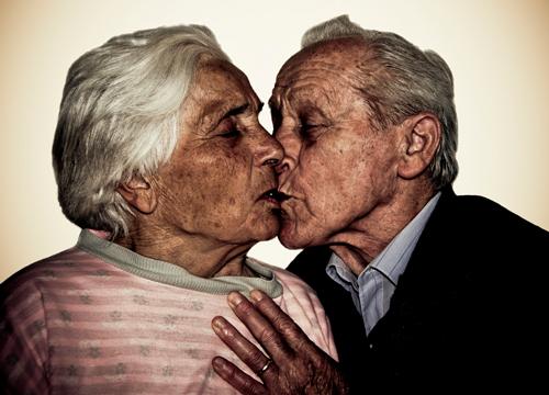 Pareja de ancianos besandose