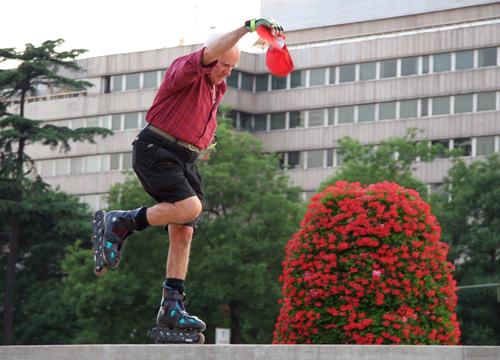 Jovén patinando en la plaza de Colón, Madrid