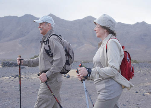 Dos personas mayores haciendo senderismo
