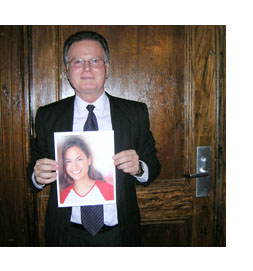 Jorge Vazquez con una fotografía de Claudina Isabel en las manos