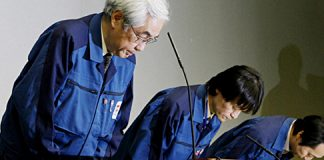Sakae-Muto-y-dos-otros-ejecutivos-durante-la-rueda-de-prensa-de-TEPCO_Afp_550x240.jpg