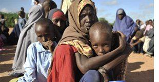 Mujer africana abraza a su hijo en un campo de refugiados