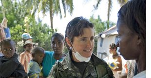 Mujer militar atiende a una mujer africana