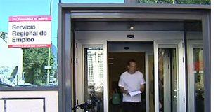 Hombre saliendo de una oficina del Servicio Regional de Empleo de Madrid