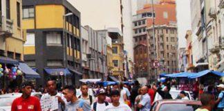 Jóvenes caminando por alguna ciudad sudamericana