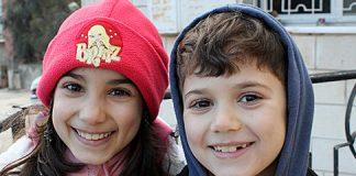 Dos-de-los-cuatros-hijos-de-Tahseen-y-Rania-en-la-entrada-de-la-casa-de-su-abuela.-Foto-Iara-M.Búa_540.jpg