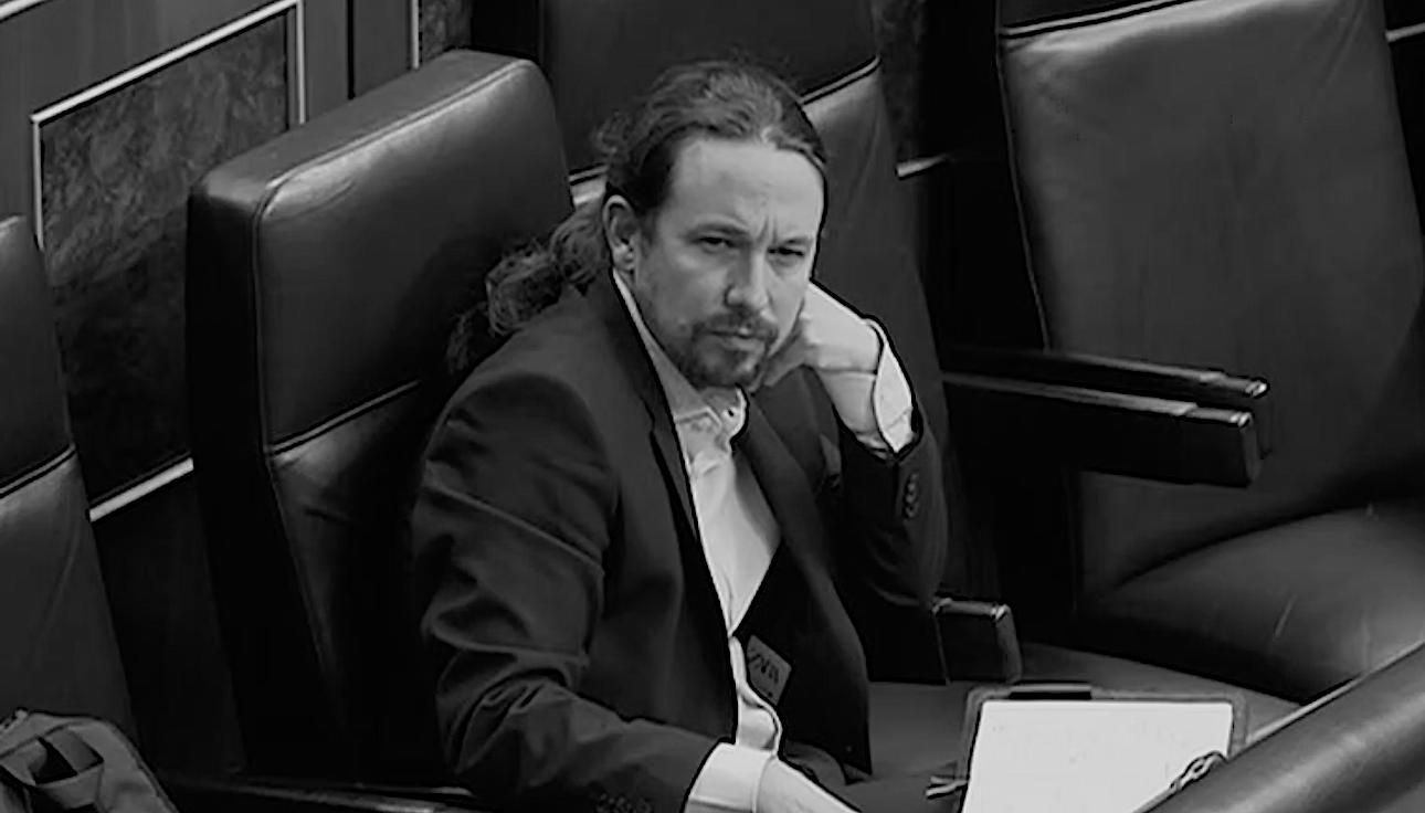 El vicepresidente segundo del Gobierno, Pablo Iglesias, durante una sesión del Congreso de los Diputados, ataviado con una chaqueta americana de Zara, a la que le asoma la etiqueta.