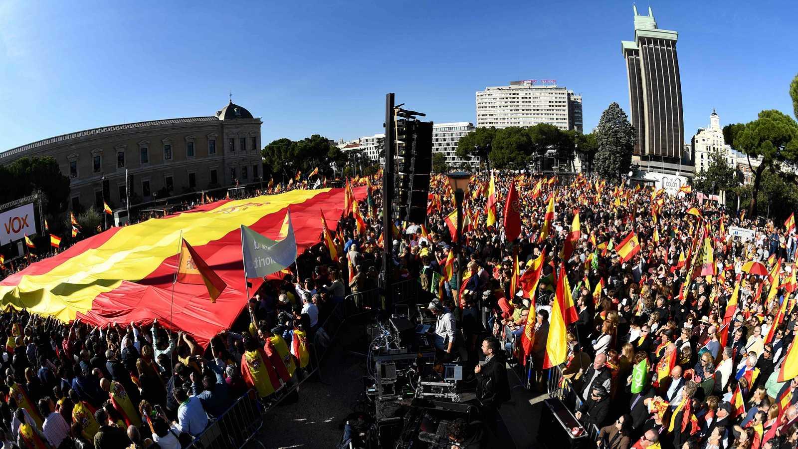Acto masivo organizado en la plaza de Colón por determinados partidos políticos, con una bandera de España gigante.