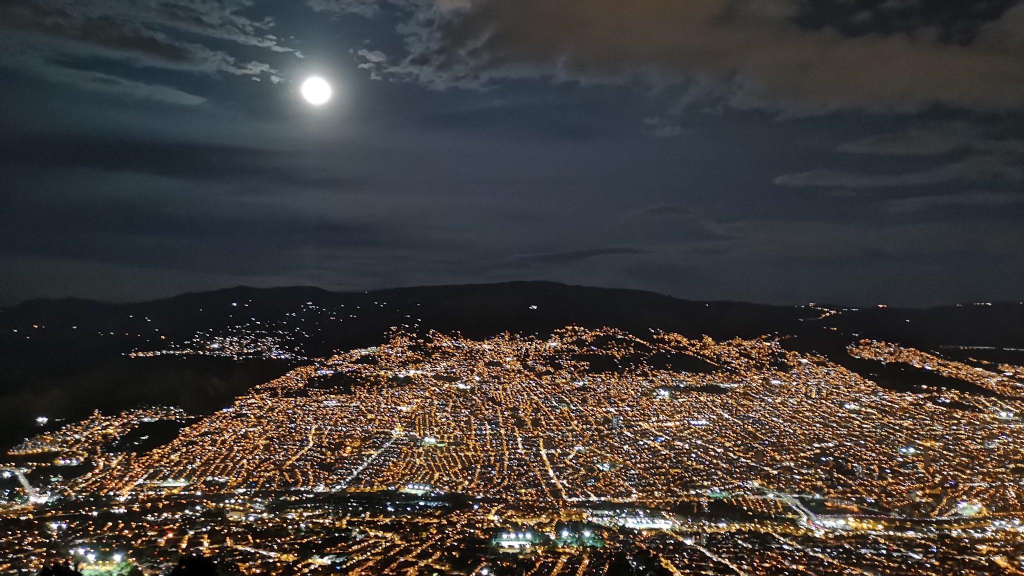 Luna llena en Medellín. Foto de Jonier Quiceno Ceballos @joqui___