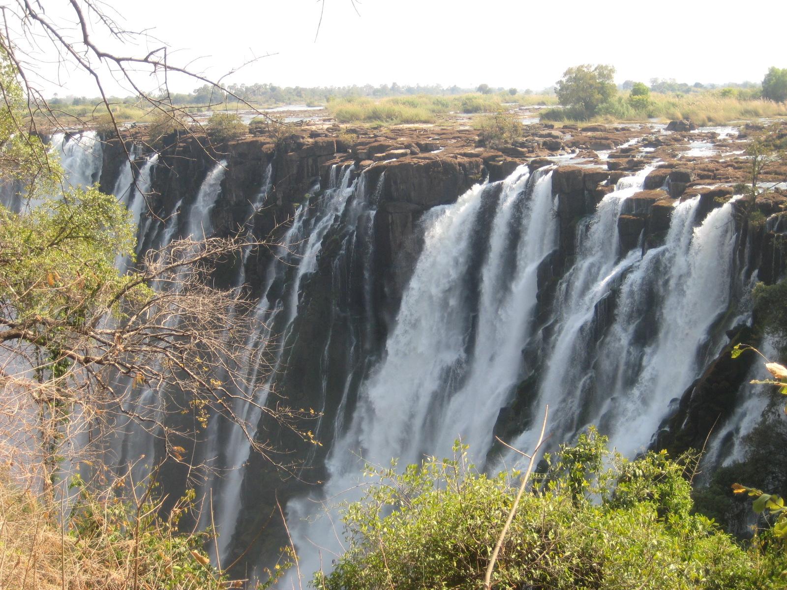 Vista de las cataratas Mosi-O-Tunya desde el margen zambiano