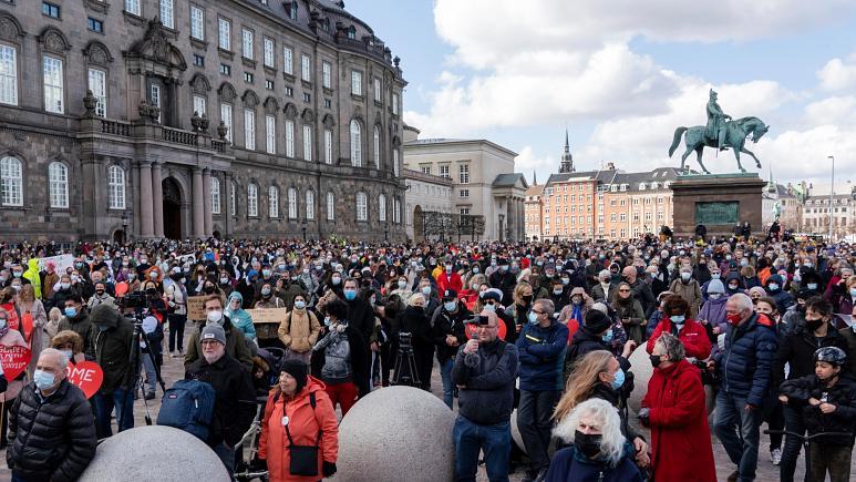 Un grupo de manifestantes protestan contra las medidas migratorias del Gobierno de Dinamarca