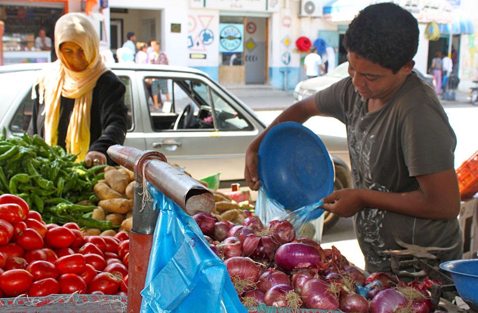 Hace un a o mohamed bouazizi se suicid a lo bonzo e - Carro de frutas ...