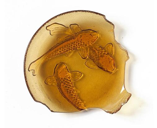 platito de cristal con relieve de peces